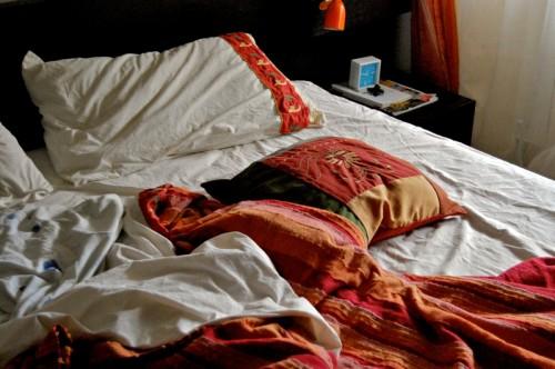 Il letto disordinato allontana le allergie ricette - Cuscini lunghi per letto ...